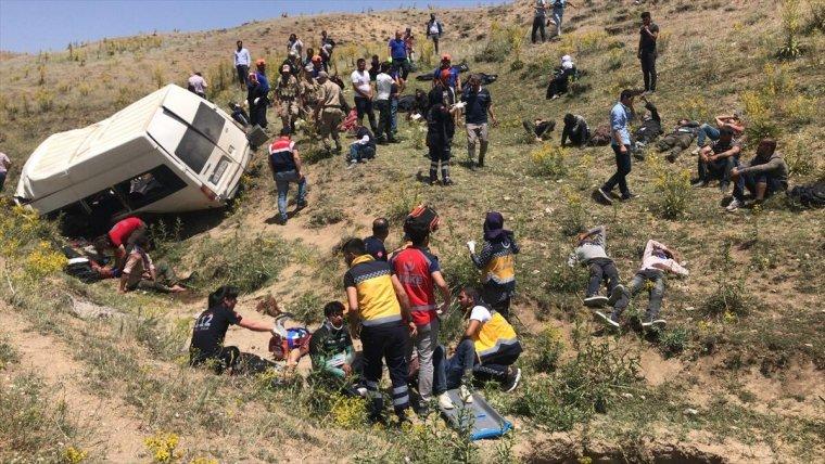 Van'da minibüs takla attı: En az 10 kişi hayatını kaybetti