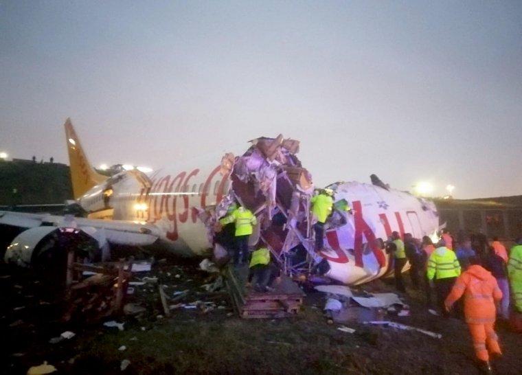 177 kişiyi taşıyan Pegasus Havayolları'na ait yolcu uçağı iniş esnasında parçalandı