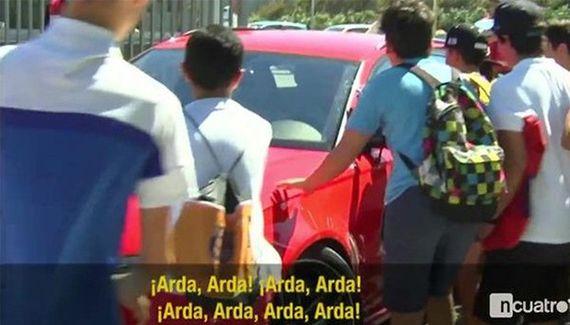Arda Turan'ın aracını tekmelediler