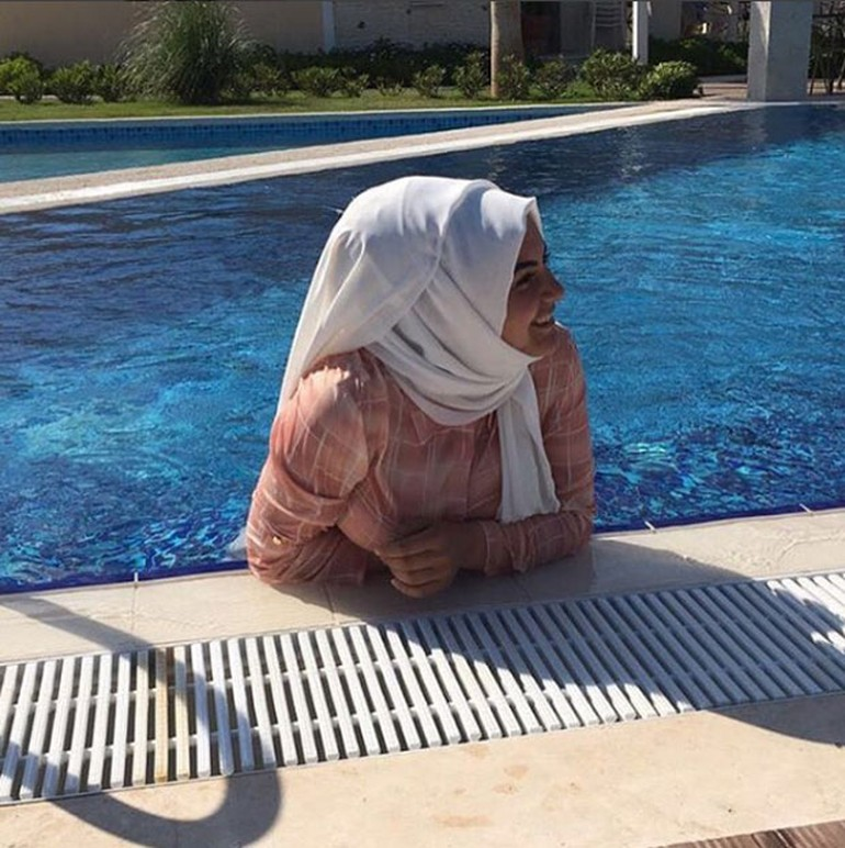 Hanife FOx TV İzdivaç, havuz pozu