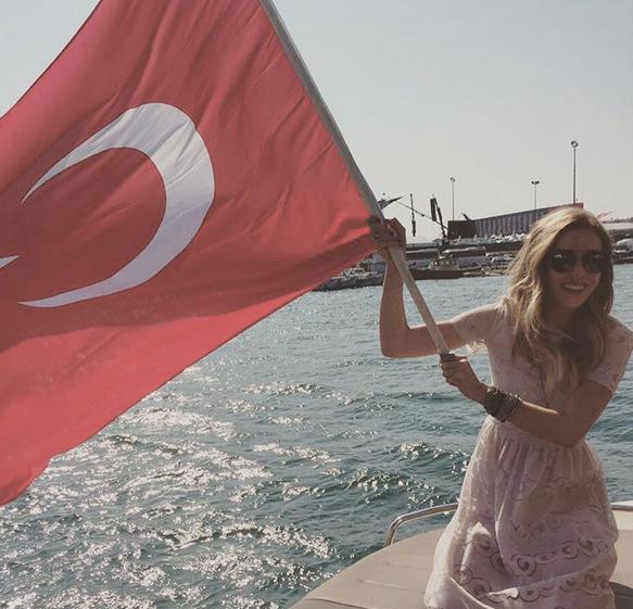 Sinem Kobal Yenikapı bayrak sallarken