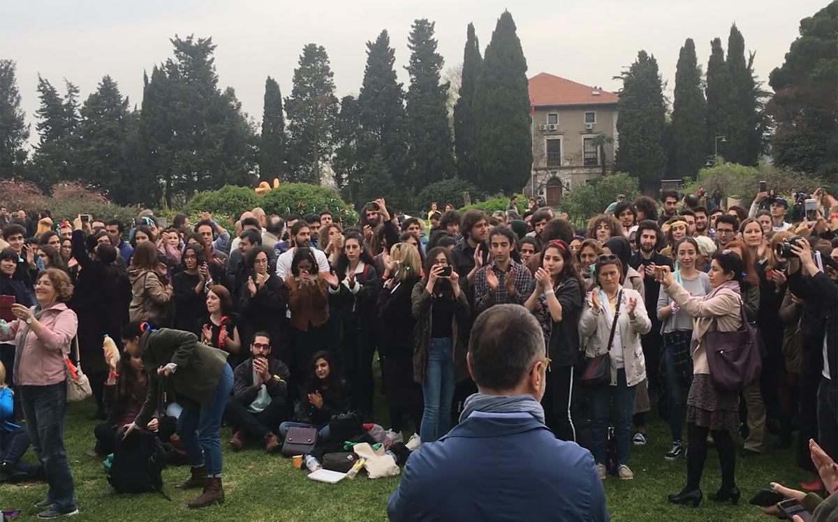 TUtuklanan ÜNiversite öğrencileirn setbest bırakılması için Türkiye'nin bir çok üniveristesinde protesto eylmeleir yapılmıştı